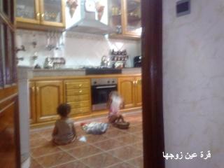 البيت في سابع نومة واطفالها في المطبخ