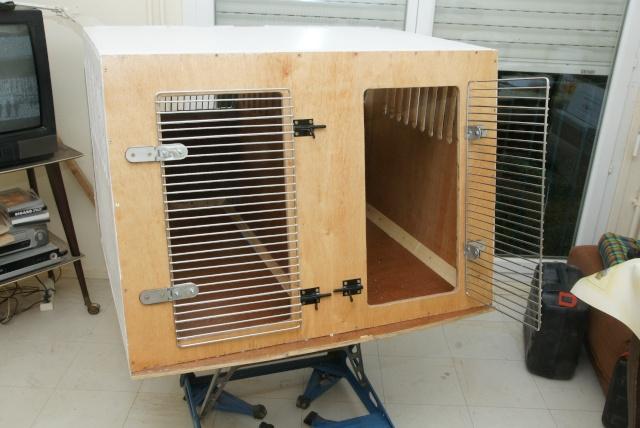 Caisse pour chien en bois courroie de transport for Chien deco jardin