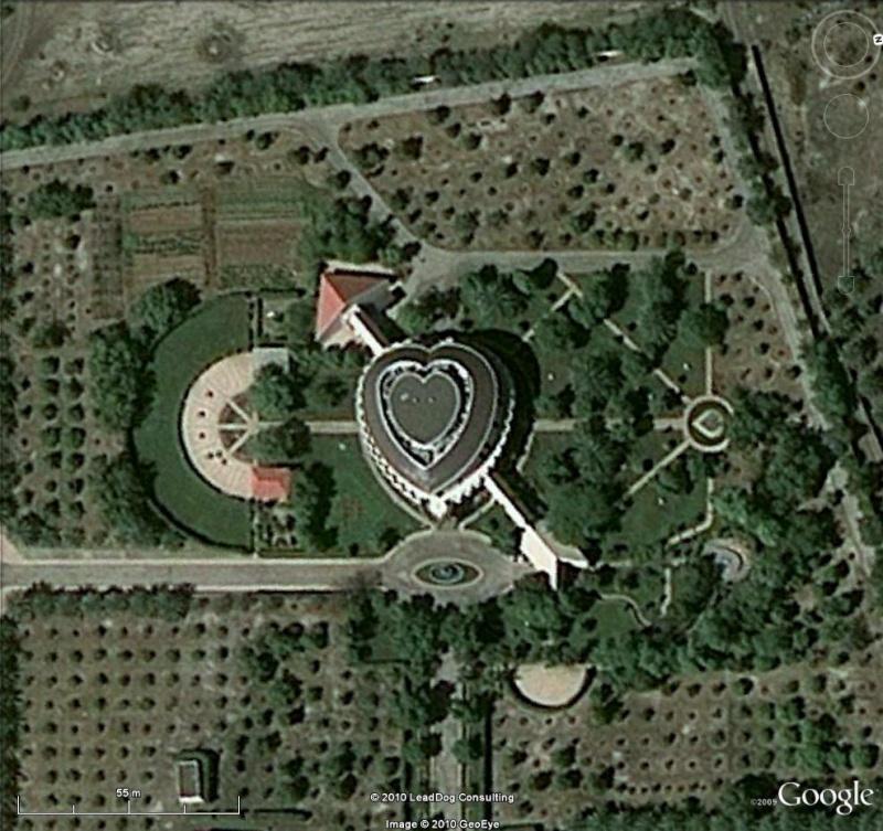 Maison en forme de coeur al fulayj oman for Maison en forme de t
